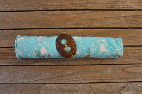 Sarong-helles-blau-mit-Muschelornamenten-in-weiß-und-braun