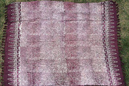 Sarong karminrot mit filigranem floralem Muster in hellpurpur