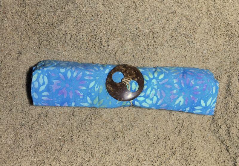 1-4025 Jembrana: hellblau mit Blütenblätter in hellen grün-lila Verläufen