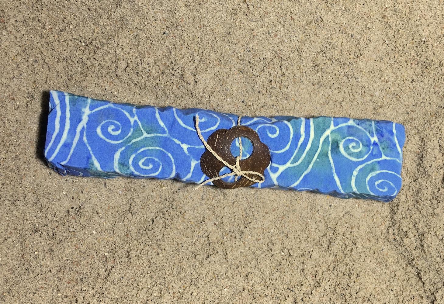 1-4026 Baturiti: pudriges hellblau mit grün-lila Verläufen und weißen Spiralen