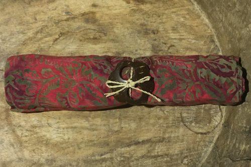 1-6015 Tenganan: pudriges rot mit Verläufen bis weinrot und ocker-grüne Ornamente