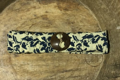 1-8013 Plaga: cremefarbene und florale Ornamente in blau