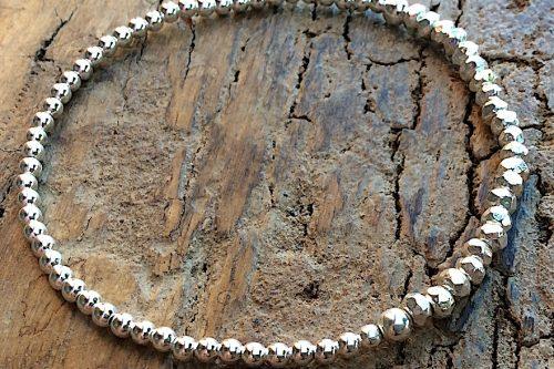 Armband in Silber mit Elementen aus Kugeln und Steinchen in Südseeperlmutt