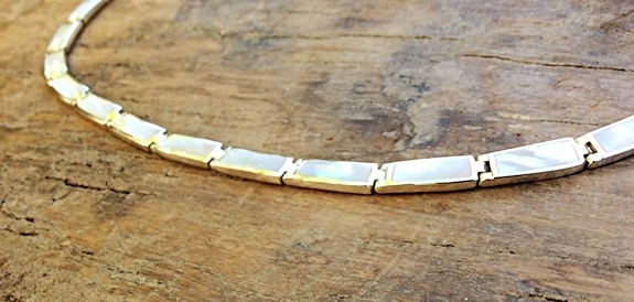 Halskette mit Elementen aus Perlmutt in Silberfassung