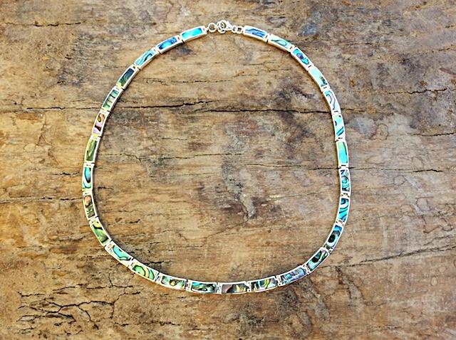 Halskette mit Elementen aus Südsee-Perlmutt in Silberfassung
