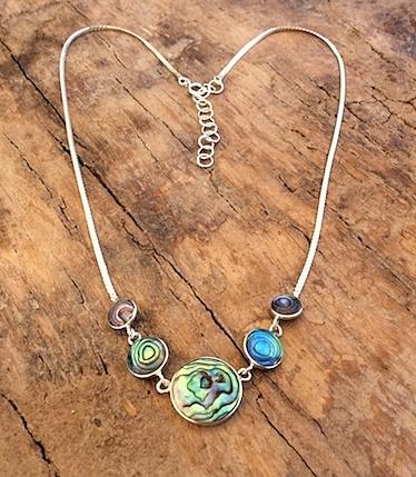 Halskette mit Steinen aus Südsee-Perlmutt (Abalony) in Silberfassung