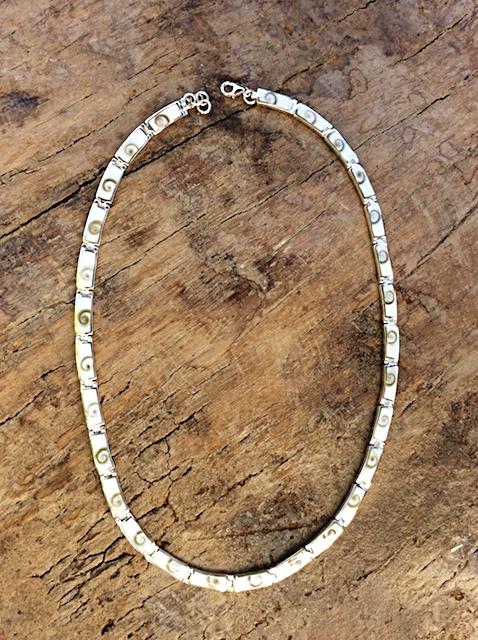 Halskette mit Shiva-Muscheln und Perlmutt in Silberfassung