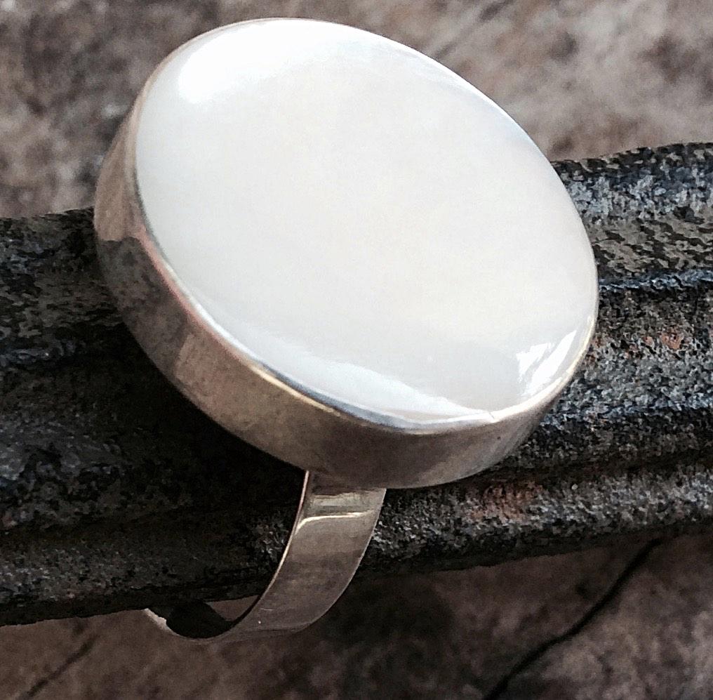 Silberring mit rundem Stein in Perlmutt