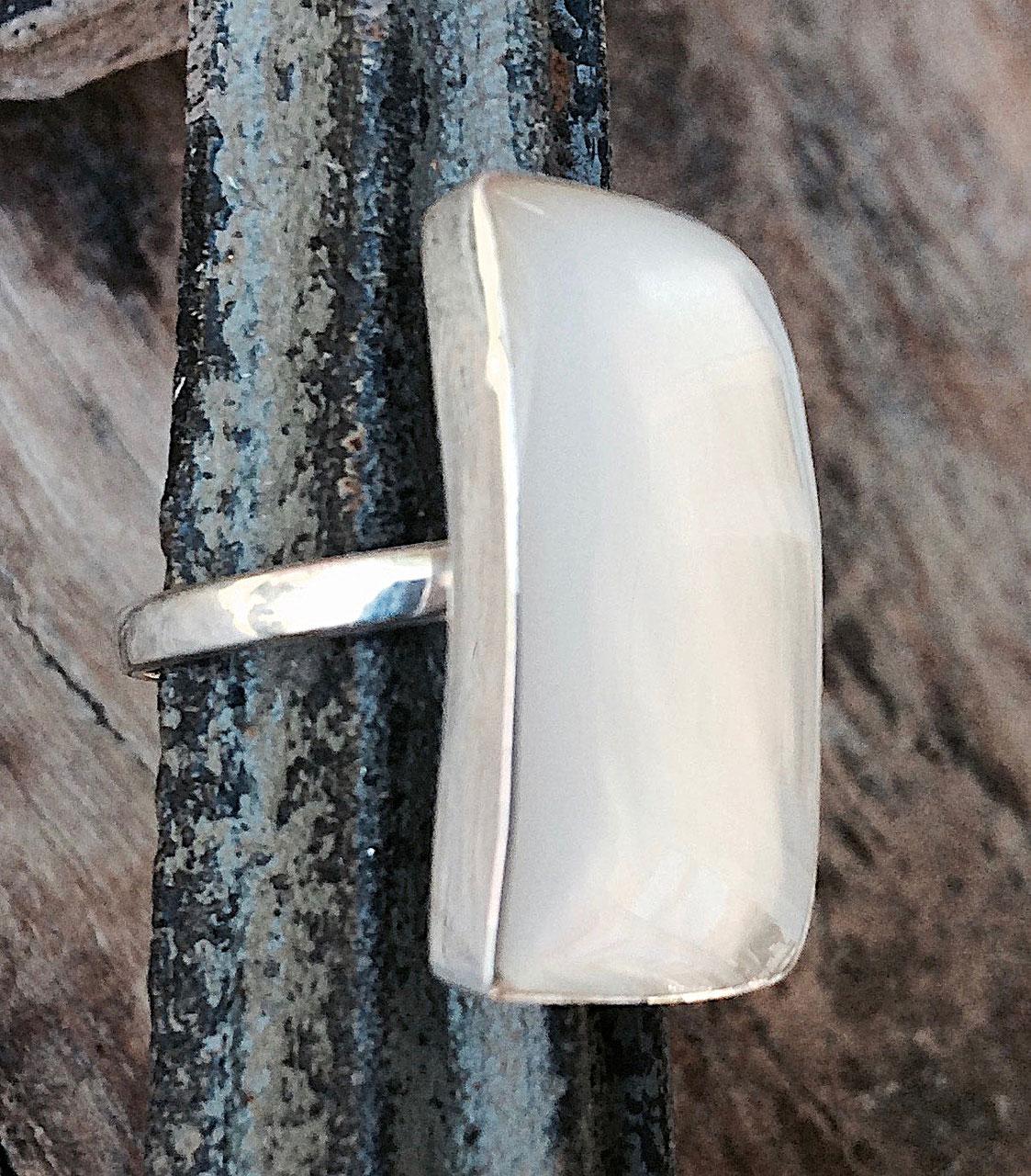 Silberring mit rechteckigem Stein in Perlmutt