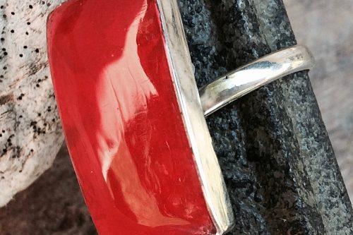 Silberring mit rechteckigem Stein in roter Koralle