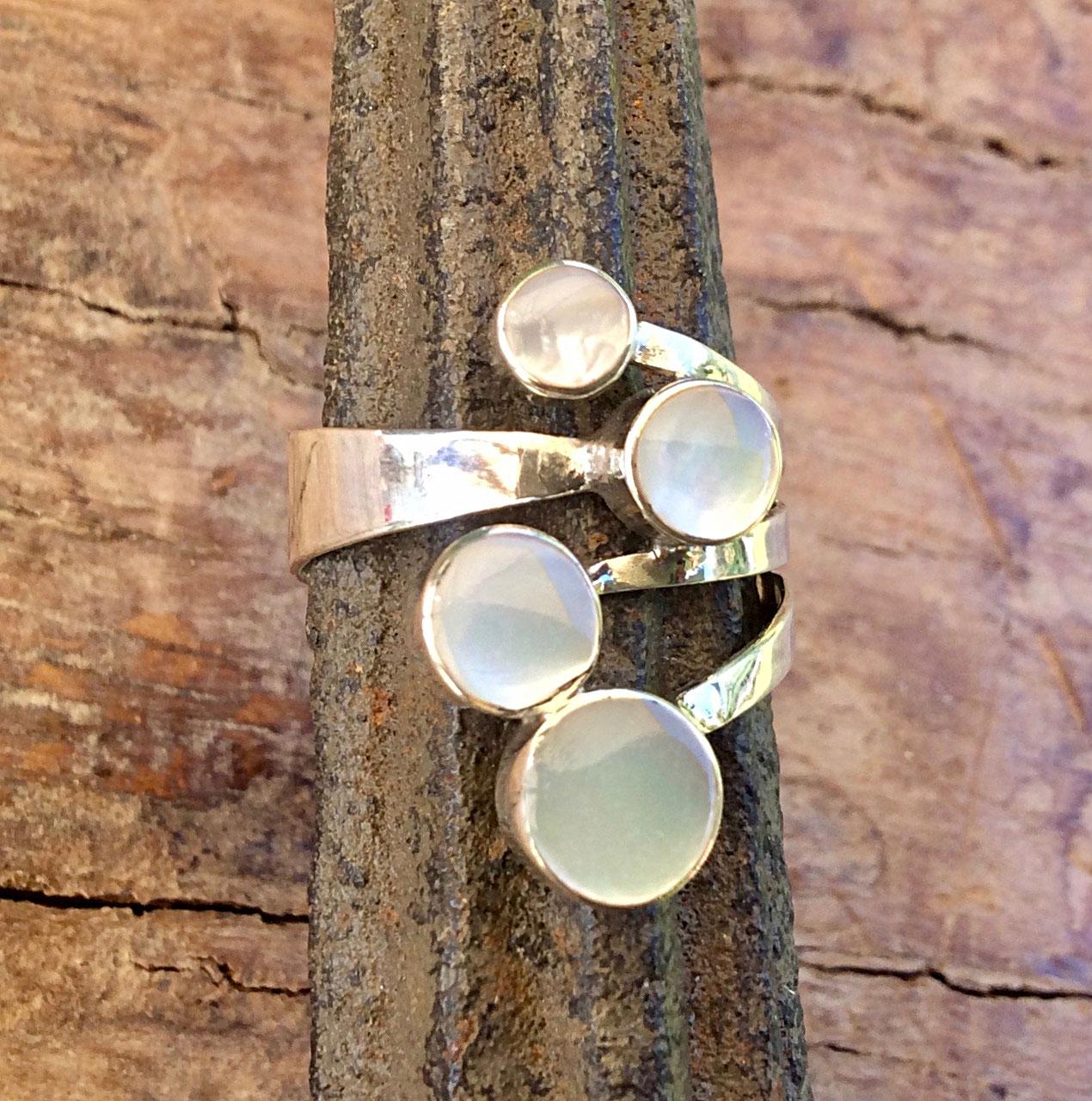 Silberring mit vier Edelsteinen in Perlmutt