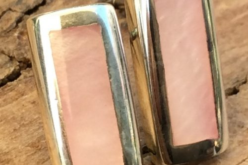 Steckohrringe rechteckig mit Steinen in weißrötlichem Perlmutt in Silberfassung