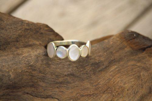 9-3709 Ring perlmutt 5 Steine